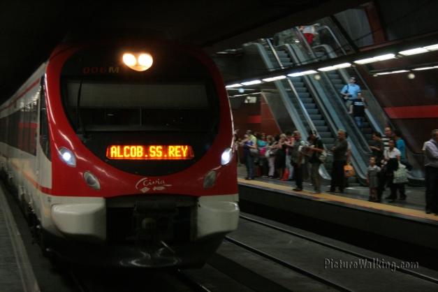Tren de cercanías entrando a la estación de SOL